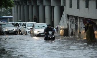 Mưa lớn đầu mùa, nhiều tuyến đường tại TPHCM 'hóa sông'