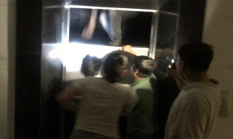 Giải cứu nhiều người mắc kẹt trong thang máy chung cư ở Hà Nội