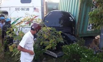Xe container va chạm kinh hoàng với ô tô, ít nhất 3 người bị đè bẹp dúm tử vong trong xe