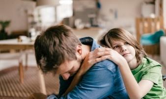 Tại sao đôi khi bố mẹ nên khóc trước mặt con cái