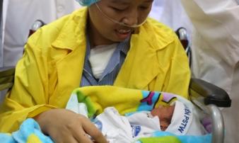 Xúc động cuộc gặp gỡ lần đầu của sản phụ ung thư vú giai đoạn cuối và con trai