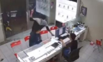 TP.HCM: Gã thanh niên bịt mặt bất ngờ lao vào chém kinh hoàng chủ tiệm điện thoại rồi tẩu thoát
