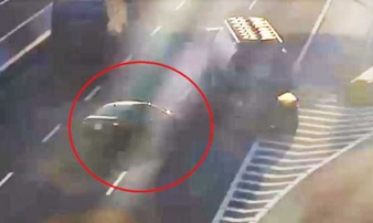 Thót tim cảnh xe bồn chở xăng đánh lái tránh xe con đi lùi trên cao tốc