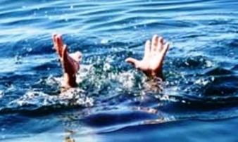 Xuống ao vớt cá cho vịt ăn, bé trai 8 tuổi trượt chân đuối nước