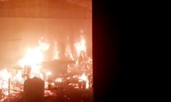 Xưởng gỗ bốc cháy ngùn ngụt trong đêm ở Hà Nội