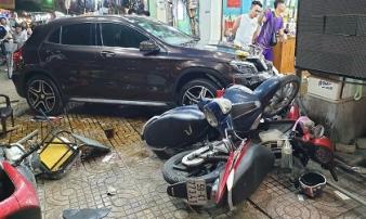 Người dân kể lại lúc nữ tài xế Mercedes tông một loạt xe máy: 'Cô ấy không say, nhưng chắc đi giày cao gót nên vướng chân ga'