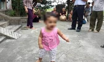 Bé gái 1 tuổi bị mẹ bỏ rơi kèm lá thư cho con để đi lấy chồng vẫn chưa có ai đến nhận