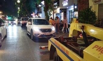 Huy động cứu hoả 'gọi' người đàn ông ngủ quên trong ô tô giữa phố Hàng Bài