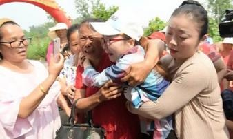 Cuộc đoàn tụ đẫm nước mắt của người phụ nữ bị bắt cóc: 'Con tìm mẹ suốt 30 năm'