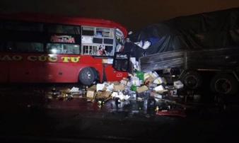 Xe khách giường nằm đấu đầu ôtô tải, hai tài xế tử vong