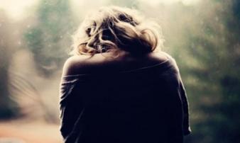 Ngày tôi lên xe hoa theo chồng, mẹ đang bị trói ở một góc nhà đột nhiên khóc nức nở