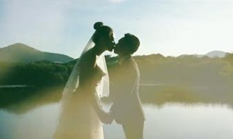 Sốt xình xịch clip cưới của Cường Đô La và Đàm Thu Trang: Khoá môi cực ngọt, 'nắm tay đi khắp thế gian' bằng siêu xe