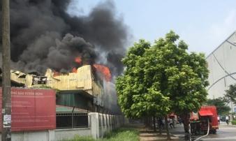 Đang cháy lớn tại kho xưởng nhựa cạnh AEON Long Biên