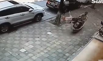 Chồng đâm xe, vung dao tấn công vợ giữa đường khi hai người chuẩn bị ra tòa ly hôn