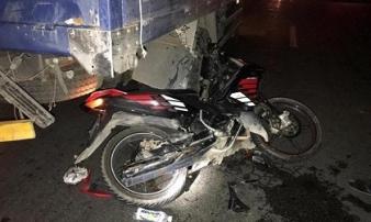 Tông vào xe tải dừng đèn đỏ, nam thanh niên tử vong