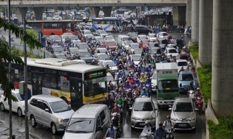 Hàng trăm nghìn người chôn chân trong mưa khắp các ngả đường Hà Nội