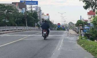 Va chạm với xe máy, 9X ngã ra đường bị xe tải cán tử vong