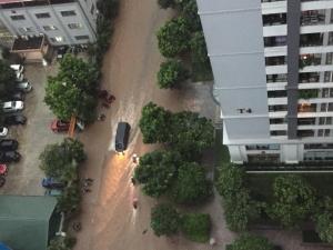 Video ảnh Hà Nội: Sáng thức dậy ngỡ phố hóa sông, 'chôn chân' cả tiếng trên cầu vì ùn tắc