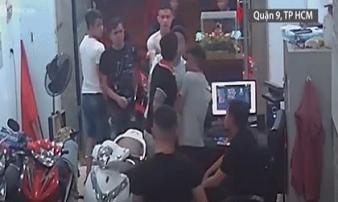 Clip: Nam thanh niên bất ngờ tạt xăng rồi bật lửa đốt tiệm cầm đồ khiến nhiều người nhốn nháo chạy thoát thân