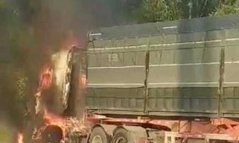 Đầu container và xe máy bị thiêu rụi trong phút chốc sau va chạm