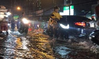 Mưa lớn, nhiều tuyến đường ngập nặng ở Sài Gòn khiến xe ùn ứ
