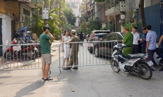 Từ thanh niên rơi xuống đường, người dân phát hiện 2 cô gái tử vong trong phòng trọ
