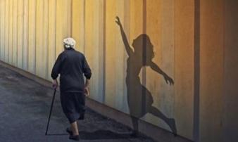 """2 chữ """"giá như"""" đầy ám ảnh con người khi về già, tiếc mấy cũng chẳng thể lấy lại"""