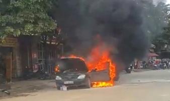 Xe ô tô 5 chỗ cháy rụi khi thợ kích nổ ắc quy