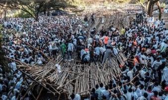 """Sập khu ghế ngồi """"xịn"""" tại lễ hội, cả trăm người thương vong"""