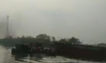 Va chạm phà trên sông Kinh Thầy, hành khách hốt hoảng nhảy xuống sông thoát thân