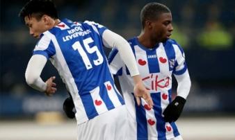Văn Hậu nhìn đồng đội gục ngã ở cúp quốc gia Hà Lan