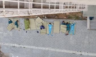 Hình ảnh những người làm công tác phòng dịch Covid-19 ngủ trên nền đất khiến mọi người không khỏi xót xa