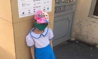 Đi học sớm, trẻ lớp 1 bị phạt đứng ngoài cổng trường giữa trời nắng