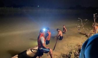 Dầm mưa lớn suốt đêm tìm thi thể nam sinh lớp 9 ở Đà Nẵng