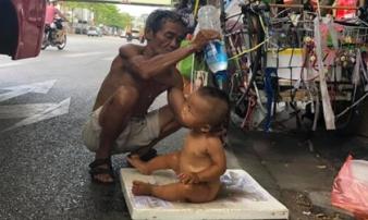 Bé trai 18 tháng tuổi không mảnh vải che thân đứng giữa trời nắng 40 độ, ngực đeo biển: 'Cháu không có bố mẹ'