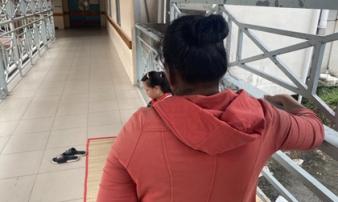 Bé trai 9 tuổi nghi bị mẹ dùng kéo đâm thủng tim đã có thể ăn uống, không dám kể lại sự việc vì sợ