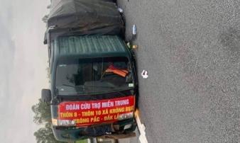 Xe chở hàng cứu trợ bị lật, tài xế bị thương nặng