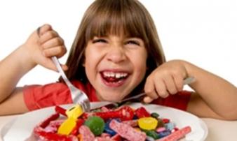 4 loại thực phẩm dễ gây béo phì, tim mạch cho trẻ, mẹ cần cho bé tránh xa