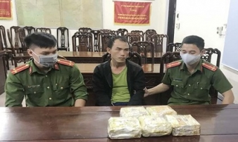 Bác sĩ người Lào mang 5 kg ma túy vào Việt Nam