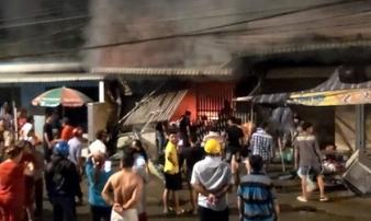 Cửa hàng điện tử cháy dữ dội sau tiếng nổ lớn