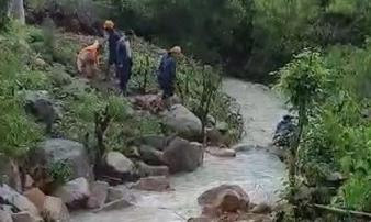 Khánh Hòa: Cha và 2 con nhỏ chết thảm vì bị nước lũ cuốn trôi