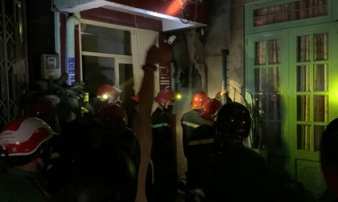 Nhà trong hẻm cháy dữ dội lúc nửa đêm, 7 người kêu cứu