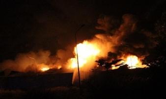 Bình Dương: Xưởng pallet cháy đỏ rực trong đêm