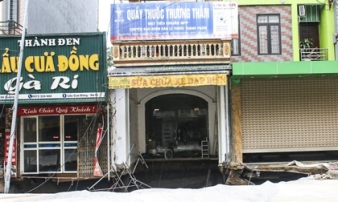 Sáng nay, 'hố tử thần' ở Hà Nội đã lan rộng ra 50m2, đổ đất cát vào như muối bỏ biển