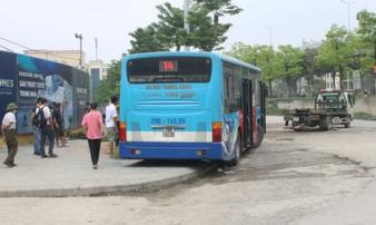 Nhân chứng vụ xe buýt lao lên vỉa hè đâm chết người: Một người đứng ngay cạnh thoát chết, sợ 'mặt cắt không ra máu'