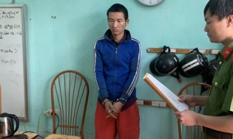 Gã bố dượng mất nhân tính, trói tay ông nội để cưỡng hiếp con gái riêng của vợ