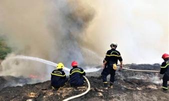 Cháy đỏ rực tại bãi rác lớn nhất Đà Nẵng, cột khói khổng lồ khiến nhiều người hoảng sợ