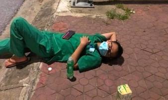 Xúc động hình ảnh những nhân viên y tế mệt lả sau khi lấy mẫu, 'ngủ tạm' ở vỉa hè lúc 3 giờ sáng
