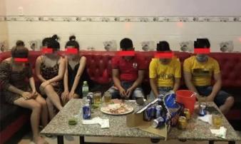 Nhóm nam thanh niên tụ tập hát hò cùng 3 'tay vịn' ở quán karaoke giữa lúc đang giãn cách xã hội