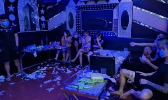 Chủ quán karaoke ở Vĩnh Phúc rủ nhóm bạn 'bay lắc' giữa mùa dịch, công an kiểm tra liền đóng cửa cố thủ